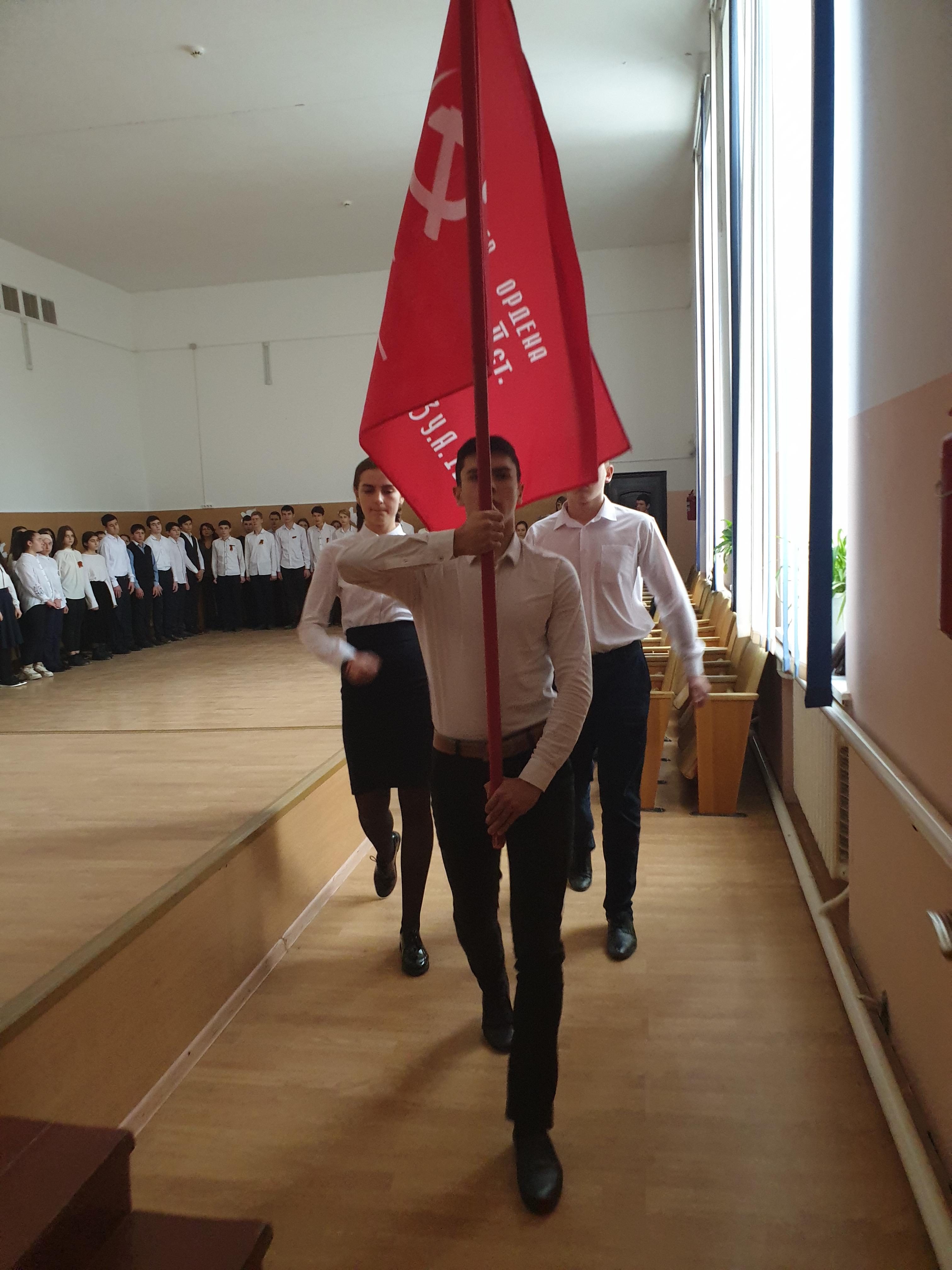 Передавая Знамя Победы.